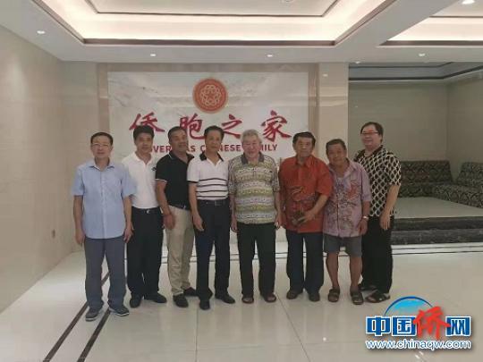 中国侨网王芳长(右四)及他的小儿子王维龙(右一)。 陈仁杰 摄