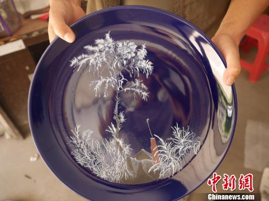 朱占东创作的瓷刻作品。 石洪宇 摄