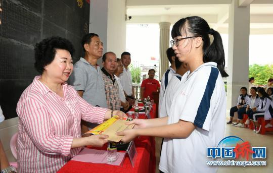 陈爱玲为学子颁发奖助学金。 张琪皎 摄