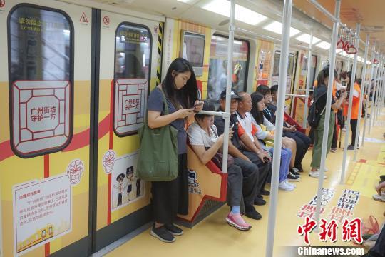 """广州地铁""""广州街坊号""""主题列车9月12日上线,开启为期一个月的地铁安全日主题活动,发动""""广州街坊""""参与群防群治,落实共建共治共享社会治理新思路。 陈骥�F 摄"""