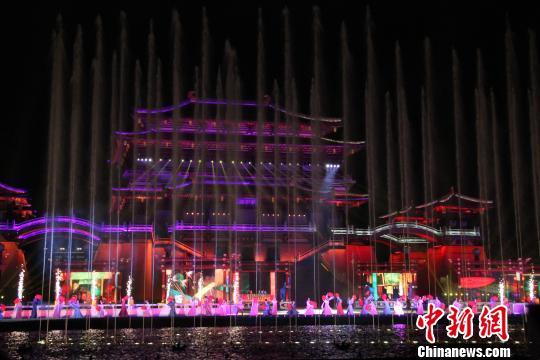 图为年夜型火舞光影秀《年夜唐逃梦》正在西安年夜唐芙蓉园尾演。 张一辰 摄