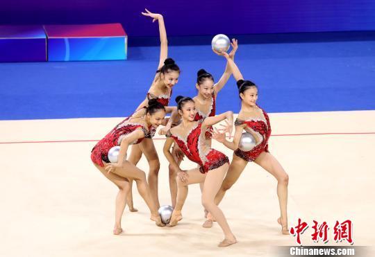 选脚们经由过程曼妙的身姿、文雅的肢体背人们展示竞技之好、艺术之好。 张净 摄