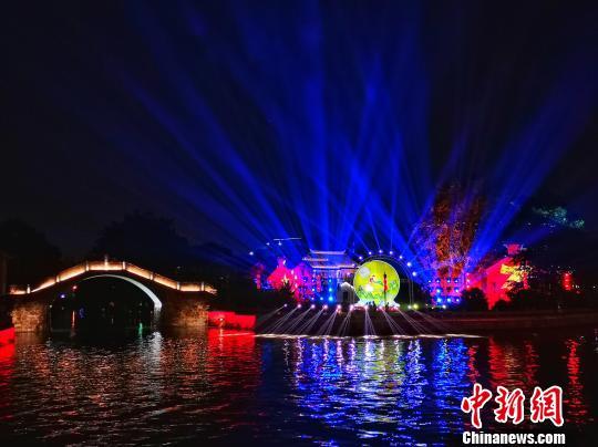 """无锡古运河灯会""""光华照人""""。 潘部 摄"""
