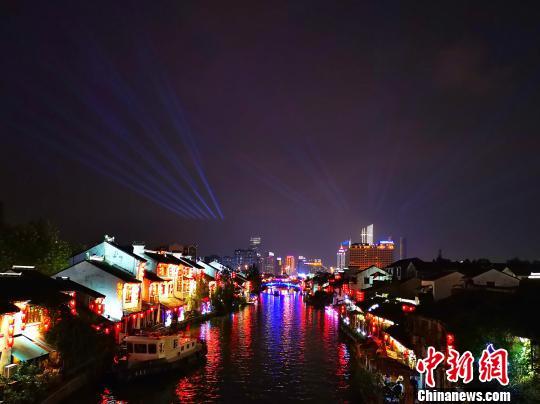 放眼看往,无锡古运河畔沿线彩灯全数点亮。 潘部 摄