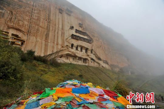 马蹄寺石窟群有1600多年的汗青,其千佛洞有500多个摩崖佛塔窟龛,范围辱年夜。 成林 摄