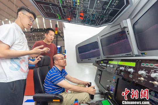 """10月16日,在第五届中国(广东)国际""""互联网+""""博览会上,与会者正体验模拟飞机驾驶。 符诗贺 摄"""