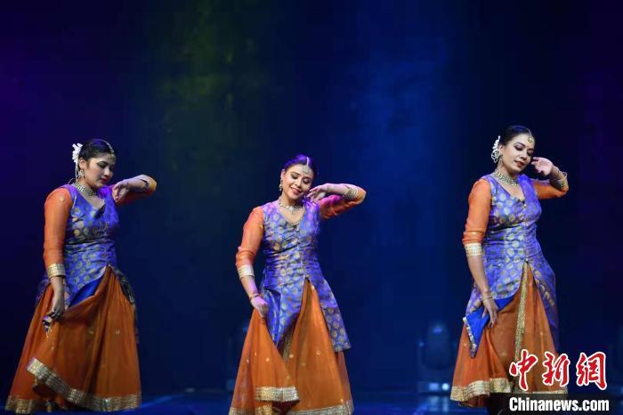 图为印度舞者演绎卡塔克舞 刘冉阳 摄