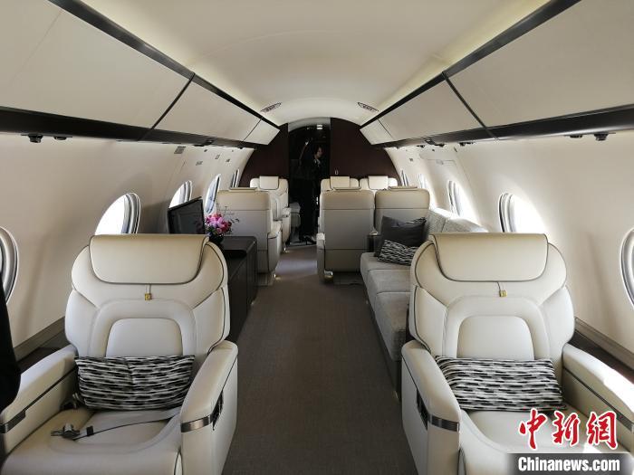 福利彩票网址大全,第二届广州商务航空展开幕,十多架顶级公务机亮相。图为一家参展公务机的机舱内景。 郭军 摄