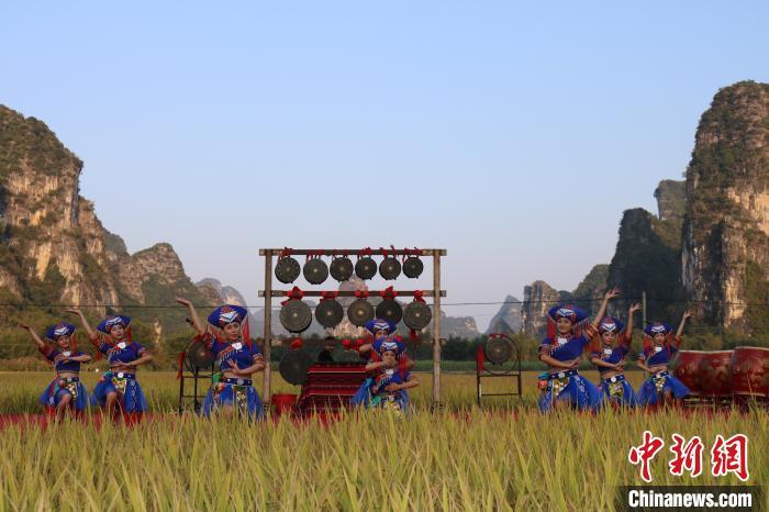 壮乡姑娘为游客带来壮族歌舞表演。 陈秋霞 摄