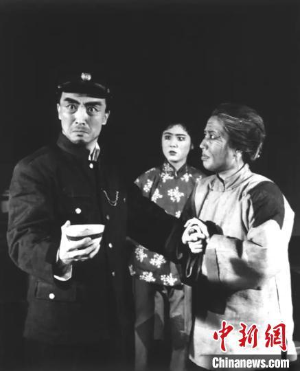《红灯记》老照片,李少春(前左)饰李玉和,高玉倩(前右)饰李奶奶,刘长瑜(后)饰李铁梅。国家京剧院供图