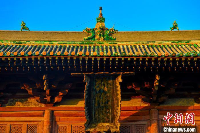 從殿頂的琉璃脊飾、斗(dou)拱匾額、隔扇門(men)窗(chuang)、梁架結(jie)構,再(zai)到殿內的塑像、背光、壁(bi)畫等都是(shi)金代的原物。 李小(xiao)龍 攝(she)