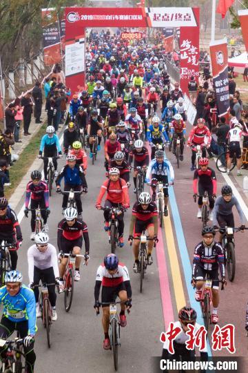 自行车运动爱好者骑聚南京共享秋意