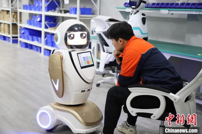 圖為工作人員測試智能機器人。 劉楓 攝