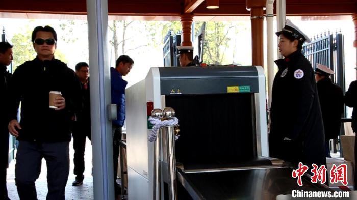 上海迪士尼乐园启用X光机安检。 徐明睿 摄