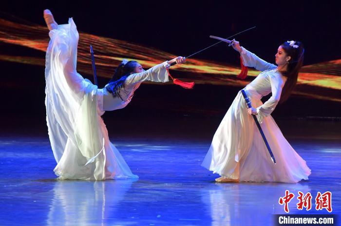 图为来自新加坡华族舞蹈剧场的演员在开幕式上表演群舞《鞘中之剑》。 张斌 摄