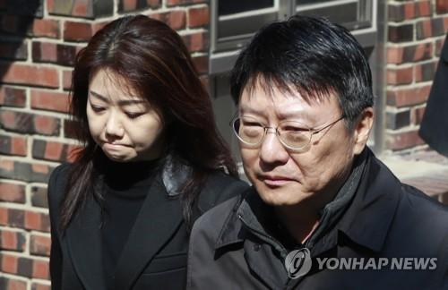 3月30日上午,朴槿惠胞弟朴志晩(右)和其夫人抵达首尔三成洞朴槿惠私宅。(图片来源:韩联社)