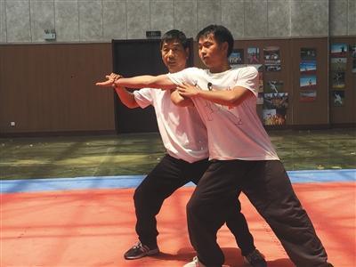 陈家沟一武馆内,拳师在指导学生练拳。