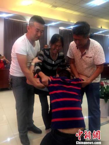 被拐卖近32年的贺高林回家。陕西警方 摄