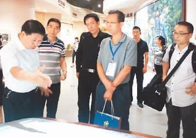 两岸记者在神农架印象中心采访。 陈晓星摄