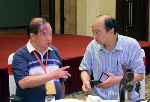 7月13日,朱自清妹妹的儿子、来自台湾的周蓉生与朱自清的嫡孙朱小涛在江苏首次扬州见面。图为周蓉生(左)与朱小涛(右)在扬州西园大酒店首次见面后交谈。