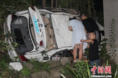 四川巴中一小轿车坠崖 致4人死亡1人伤