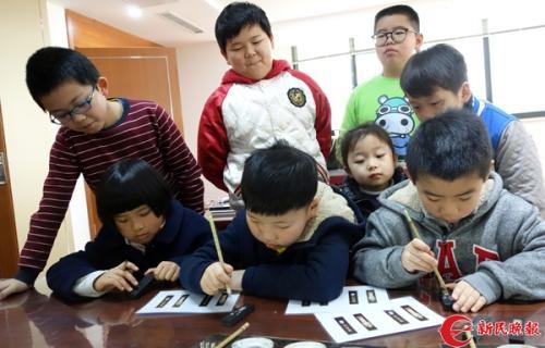 图说:大世界传艺中心非遗项目体验小朋友在墨锭描金 新民晚报记者 胡晓芒 摄