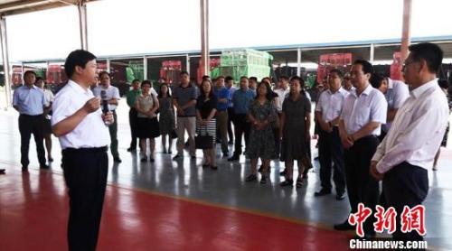 18日,谭天星一行参观银丰农机装备公司厂区。 冀江彤 摄