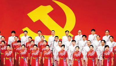 """七月一日,革命老区河北武安市举行""""喜迎十九大 颂歌献给党""""为主题的群众合唱活动。新华社记者 王 晓摄"""