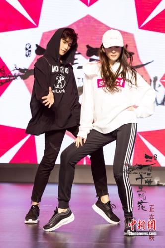 刘亦菲杨洋同台尬舞