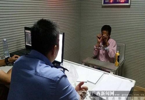 南宁一出租车司机遭劫持 警方用四辆车围堵逼停
