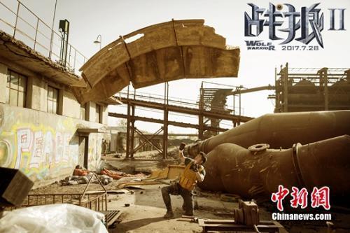 铁皮即将砸在吴京身上。