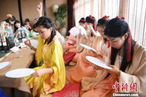 27日,长沙湘绣女子穿汉服做女红。 杨华峰 摄