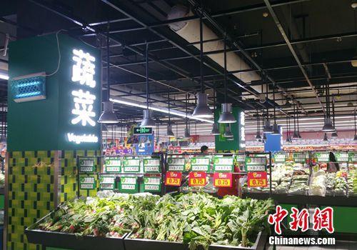 超市里的蔬菜区。记者 李金磊 摄