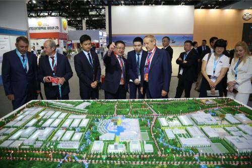 天骄航空总裁杜涛与马达西奇总裁博古斯拉耶夫合影。