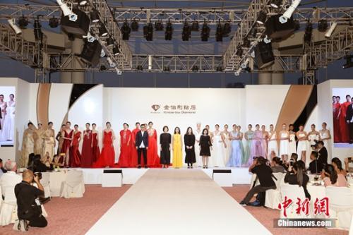 金伯利钻石研发副总裁朱文俊女士携设计团队及中外模特谢幕