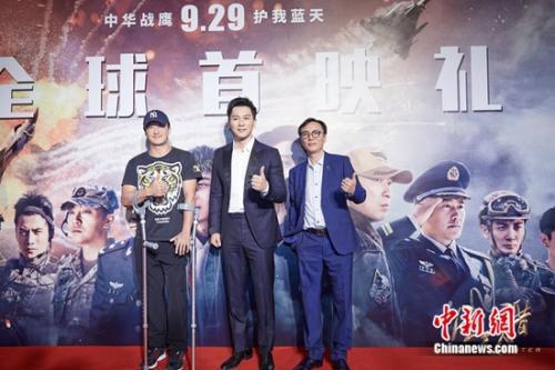 吴京(左一)助阵电影《空天猎》首映。