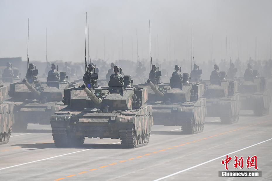 十八大以来,中国军队聚焦新形势下的强军目标,在政治建军、改革强军、科技兴军、依法治军的征程上,不断突破进取。火箭军锻造战略重拳,航母编队出海跨区集训,抗战胜利70周年大阅兵振奋全球华人,朱日和沙场阅兵一展铁军本色。走过90年光辉历程的威武之师,正朝着建设世界一流军队的目标砥砺奋进。图为2017年7月30日,庆祝中国人民解放军建军90周年阅兵在内蒙古朱日和训练基地举行,坦克方队参加阅兵。 中新社记者 崔楠 摄