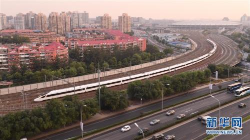 """9月21日,一列""""复兴号""""列车驶出北京南站。""""复兴号""""350公里时速的正式运营,标志着我国成为世界高铁商业运营速度最高的国家。新华社记者 李贺 摄"""