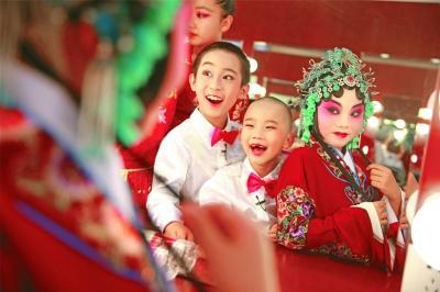 在河北省石家庄市丝弦剧院举行的石家庄市中小学生戏曲汇报演出上,小演员准备登台演出。新华社发