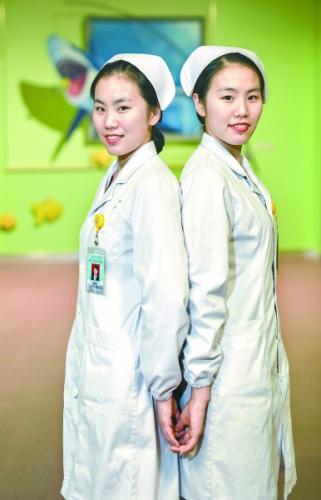 90后双胞胎护士姐妹花用心温暖在病床上的每个患者