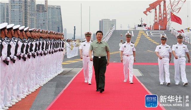 ↑2013年8月28日下午,习近平检阅辽宁舰水兵仪仗队。新华社记者 李刚 摄