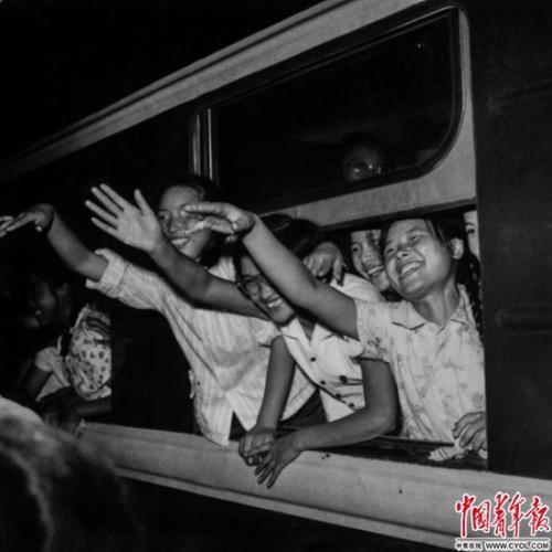 1964年8月31日,北京市第一批中学毕业生出发去北大荒,在北京火车站受到热烈欢送。铁矛/摄
