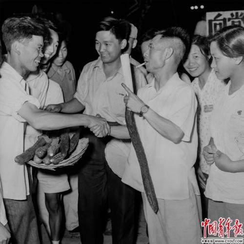 1954年,中国新民主主义青年团中央委员会书记处书记胡耀邦在农村调研。铁矛/摄