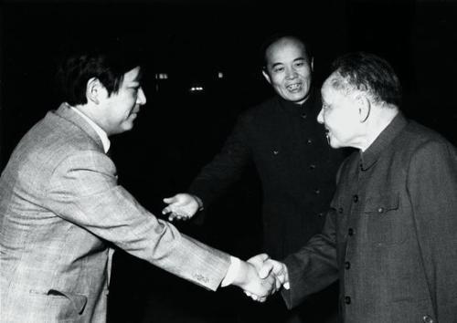 邓小平会见日本人士。翻译为周斌。