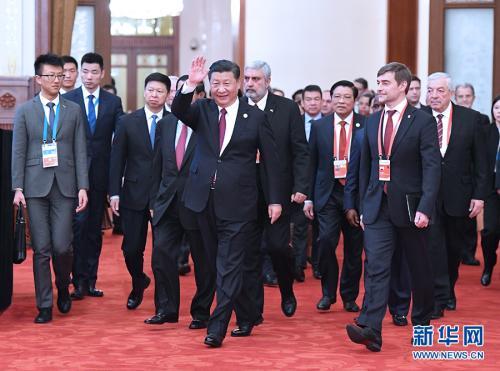 12月1日,中共中央总书记、国家主席习近平在北京人民大会堂出席中国共产党与世界政党高层对话会开幕式,并发表题为《携手建设更加美好的世界》的主旨讲话。这是习近平同外方主要嘉宾一起步入会场。新华社记者 饶爱民 摄