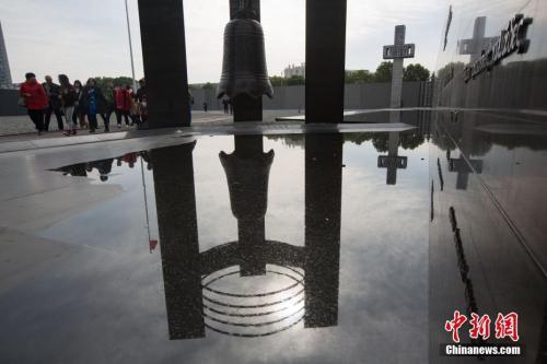 """民众在侵华日军南京大屠杀遇难同胞纪念馆内参观。据该馆通报,因场馆筹备重要活动及设备维修需要,定于11月20日至12月13日期间闭馆。闭馆范围包括""""三个必胜""""展厅在内的整个场馆。12月14日起,纪念馆将正常对外开放。 中新社记者 泱波 摄"""