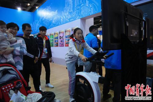 12月9日,北京国家会议中心,一名女孩在体验智能健身车。中国青年报?中青在线记者 赵迪/摄