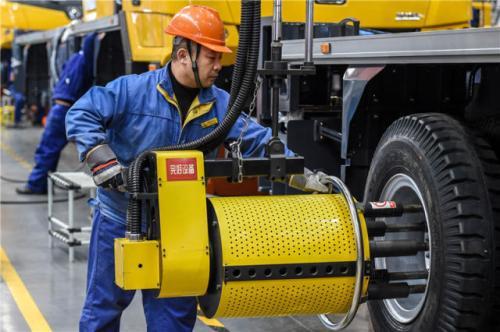 在江苏省徐州市徐工集团重型机械有限公司,工人在生产线上作业(12月13日摄)。新华社记者李博摄