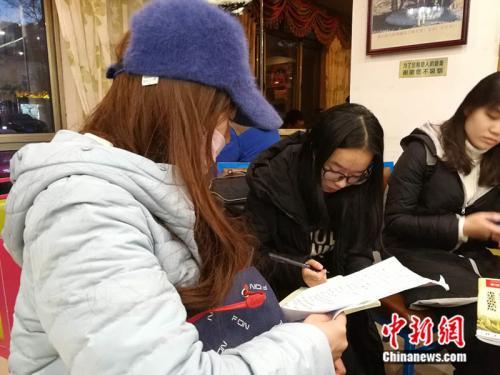 赵女士接受/p中新网记者采访。 中新网记者 张尼 摄