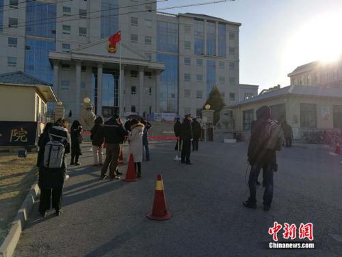 庭审当天,法院外聚集了大量记者。 /p中新网记者 张尼 摄